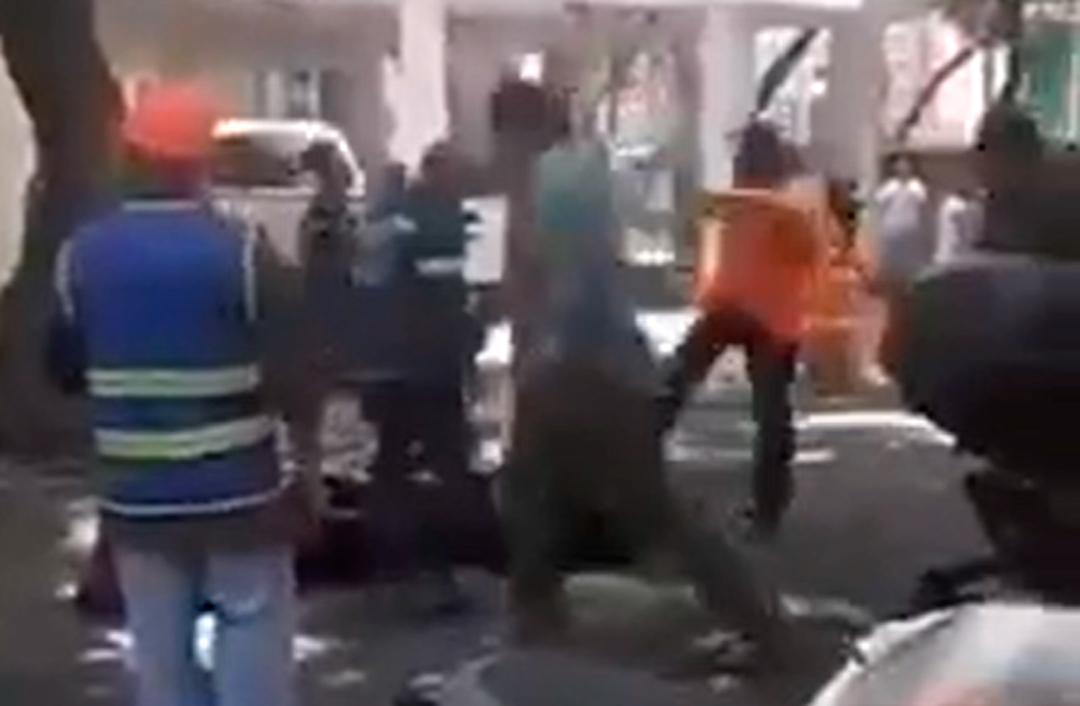 Ciudadanos golpean a dos supuestos ladrones en CDMX Coyoacán