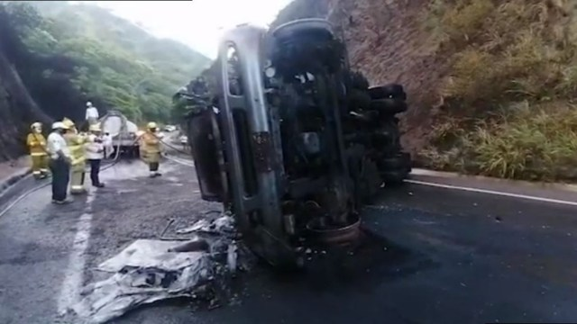 Se incendia pipa que transportaba gasolina tras volcar en Chiapas