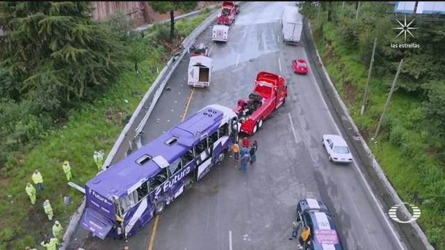 Vuelca autobús de pasajeros en la México-Toluca hay 15 muertos