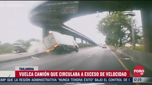 vuelca camion que circulaba a exceso de velocidad en tailandia