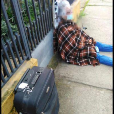 Mujer echa a su madre de 88 años a la calle en plena pandemia