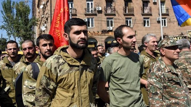 Voluntarios de la Federación Revolucionaria Armenia se reúnen tras declararse la ley marcial