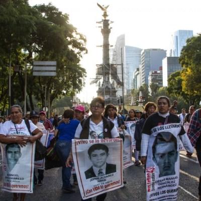Familiares e integrantes de colectivos que buscan a los 43 normalistas desaparecidos en Ayotzinapa marchan en la CDMX.