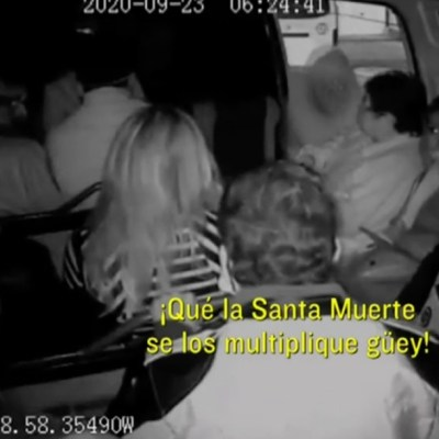 Video: Mujer da bendición de la Santa Muerte a ladrones de una combi en Los Reyes La Paz