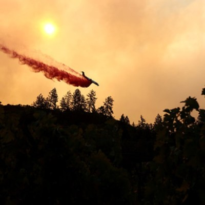 Evacuan hospital por nuevo incendio forestal en California