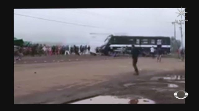 Camión de la Policía de Michoacán arrolla a normalistas en Tiripetío Michoacán durante una protesta