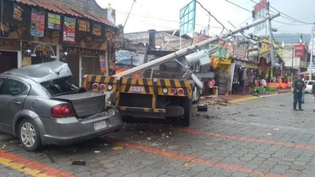 Camión contra contra puestos de comida en La Marquesa