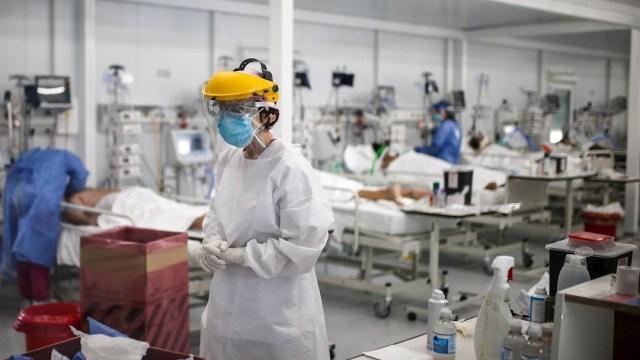 Personal médico realiza controles a pacientes con COVID-19