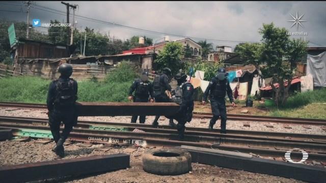 policías estatales desalojan a integrantes de la cnte que bloquearon vias ferreas en michoacan