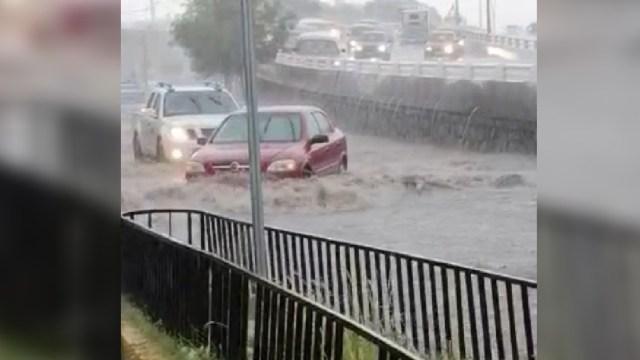 Fuerte lluvia causa inundaciones y corrientes de agua en calles de Zacatecas