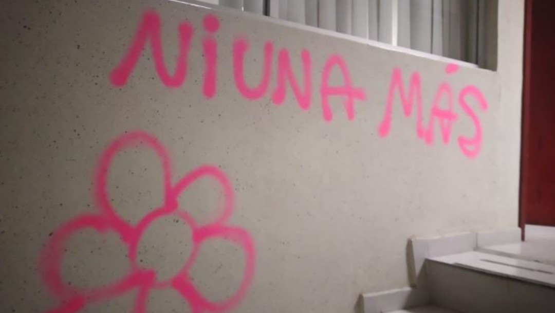 Letreros pintados por feministas en la Comisión de Derechos Humanos del Edomex
