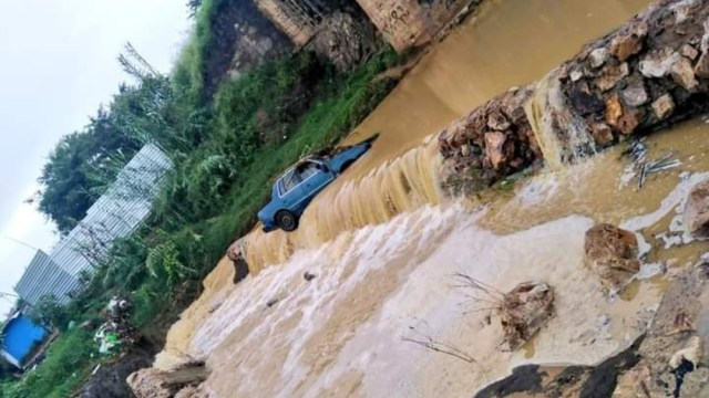 Lluvias en Oaxaca provoca arrastre de vehículos en Ocotlán