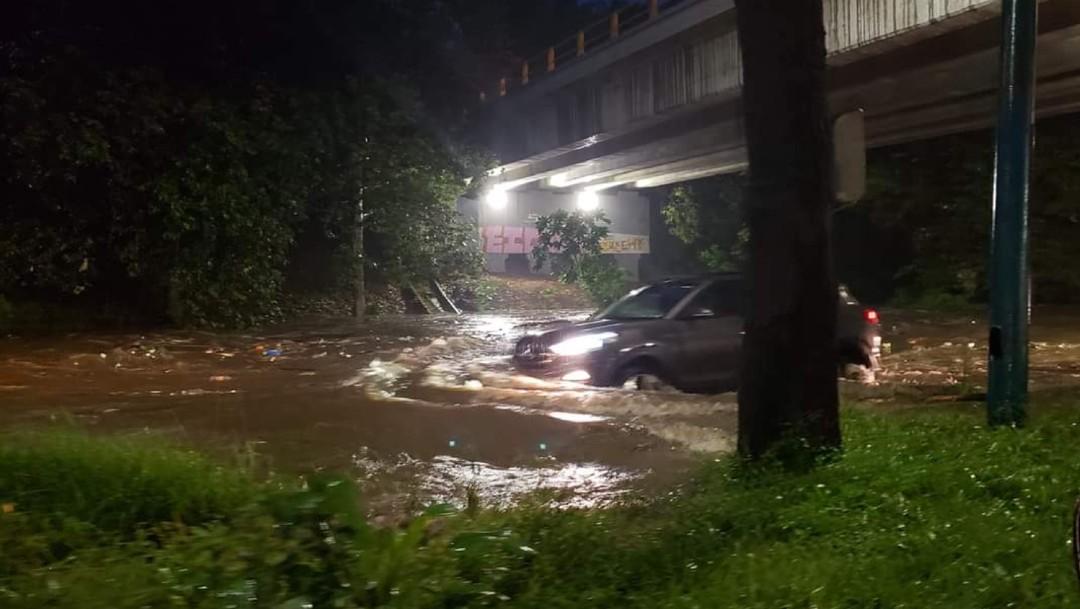 Lluvia intensa deja inundaciones y caída de árboles en Xalapa, Veracruz
