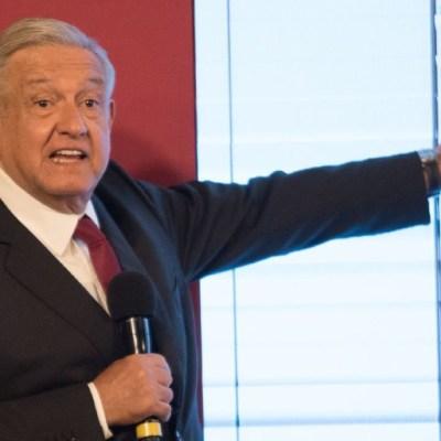 López Obrador lee compromisos de gobierno