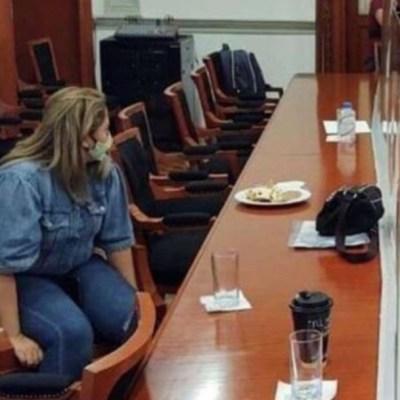 Padres se encierran en CNDH para exigir justicia por sus hijos; una mamá se amarra