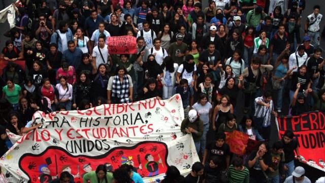 Cientos de personas, entre ellos el Comité 68, simpatizantes de la APPO, estudiantes de la UNAM, UAM y Politécnico, entre otras organizaciones, conmemoraron la Matanza de Tlatelolco el 2 de octubre de 1968
