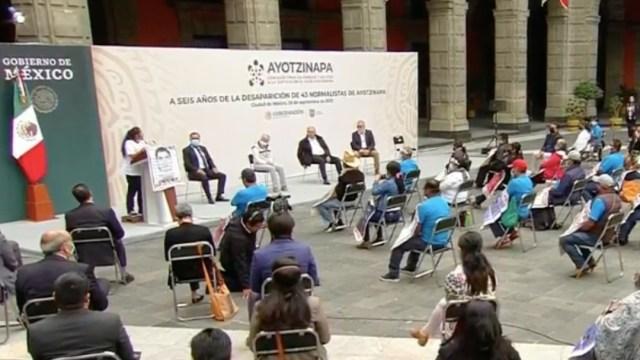 """María Martínez Ceferino, madre de uno de los 43 normalistas desaparecidos de Ayotzinapa, pidió al presidente López Obrador """"que apriete un poquito más"""" en la investigación"""