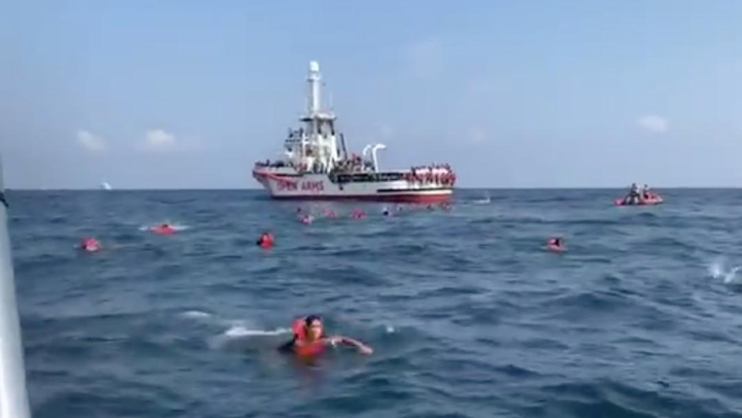 Migrantes a bordo del Open Arms se tiran al mar por desesperación