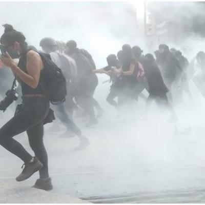 Fotos y videos: Feministas se enfrentan con policías durante marcha por la despenalización del aborto