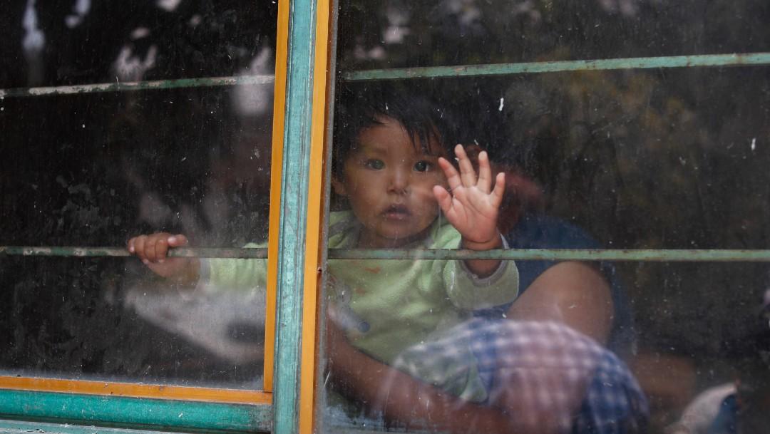 Niño viendo por ventana