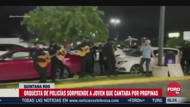 orquesta de policias tocan para joven cantante que pedia propinas