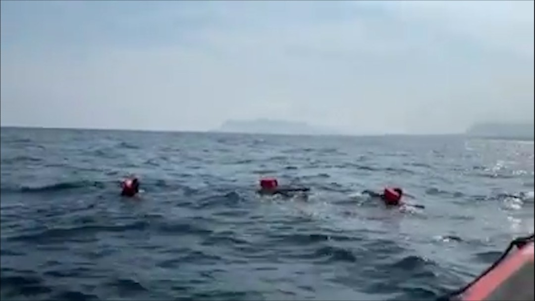 Otros 48 migrantes del Open Arms saltan al mar por desesperación