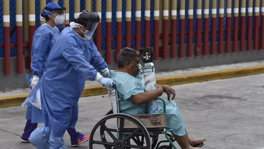 Un médico ingresa a un paciente enfermó de COVID-19