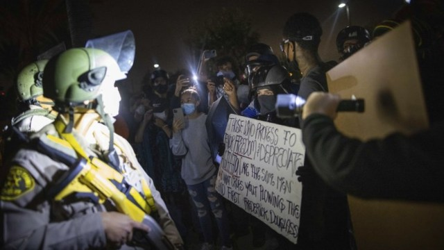 Manifestantes chocan con agentes de la policía de Los Ángeles en protestas tras la muerte de Dijon Kizzee