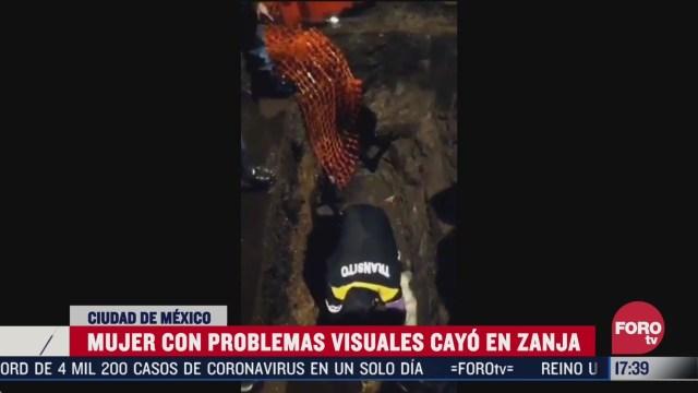 policia rescata a mujer que cayo en zanja