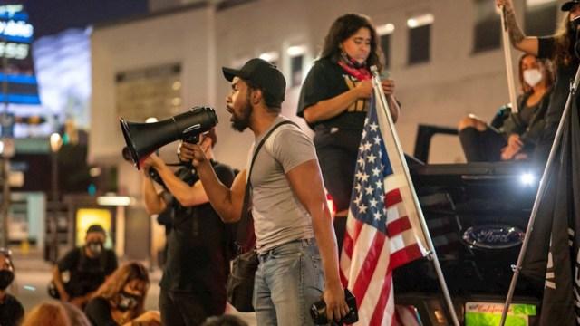 Las protestas en Estados Unidos contra la violencia policial se han reavivado por la decisión judicial de no procesar por homicidio a ninguno de los agentes implicados en la muerte de Breonna Taylor en Luoisville (Kentucky).