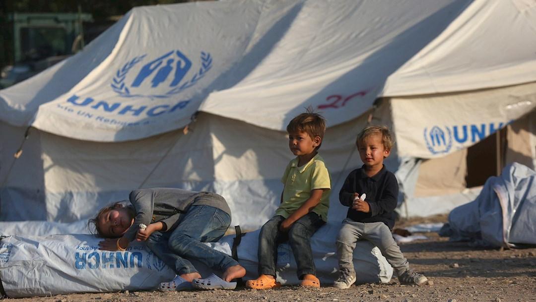 Niños juegan en el nuevo campamento de refugiados de Kara Tepe en la isla de Lesbos, Grecia