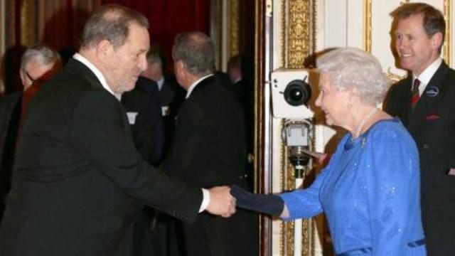 Fotografía que muestra a la reina Isabel saludando al cineasta Harvey Weinstein