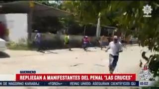 repliegan a manifestantes en penal de las cruces guerrero