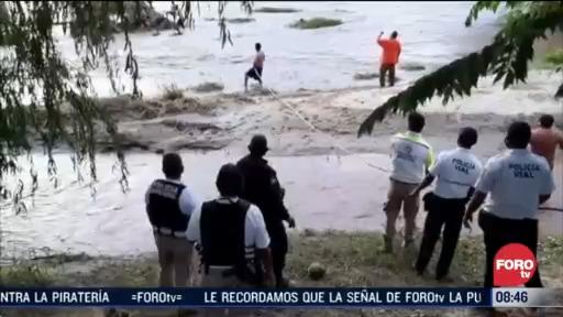 rescatan a dos personas arrastradas por incremento de rio en guerrero