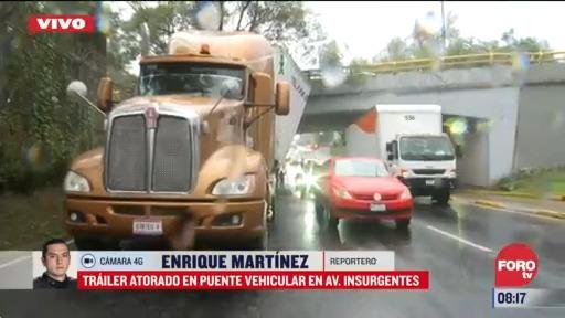 se atora trailer en puente vehicular de insurgentes cdmx