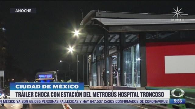 traileres invaden carril y danan estacion del metrobus en cdmx