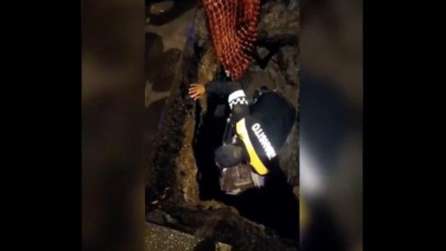 Video: Policía rescata heroicamente a mujer con discapacidad visual que cayó a zanja