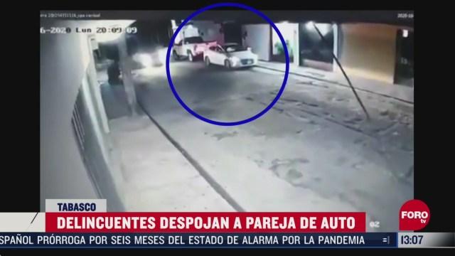 a punta de pistola roban carro a pareja en tabasco