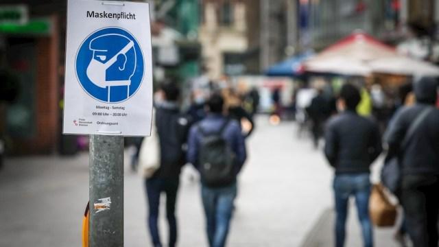 Un letrero 'obliga el uso de cubrebocas' en la ciudad de Bremen, en el norte de Alemania