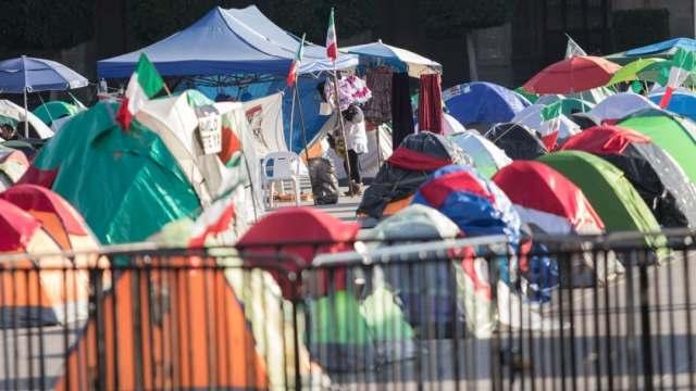 Campamento de FRENAAA sigue ocupando Zócalo capitalino
