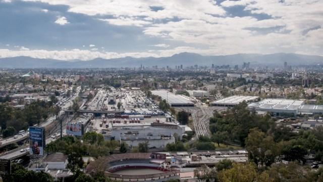 Vista de la Ciudad de México desde el norte de la capital con cielo medio nublado