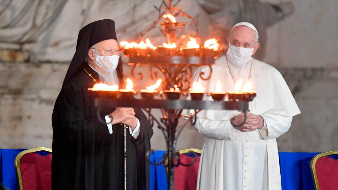 El papa sí utilizó una mascarilla blanca el martes durante un servicio interreligioso en el centro de Roma