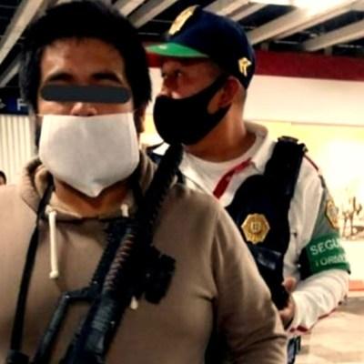 Detienen en Metro de CDMX a hombre que portaba ametralladora de juguete