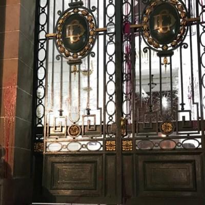 Encapuchadas vandalizan el Congreso de CDMX