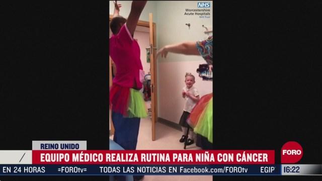 equipo medico realiza rutina de baile para animar a nina con leucemia