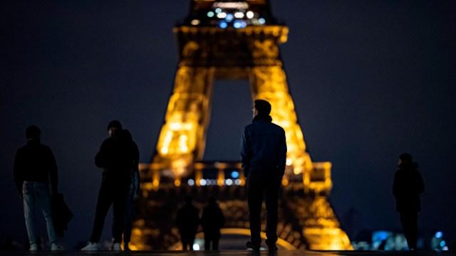 Francia extiende toque de queda por 'grave' evolución del COVID-19
