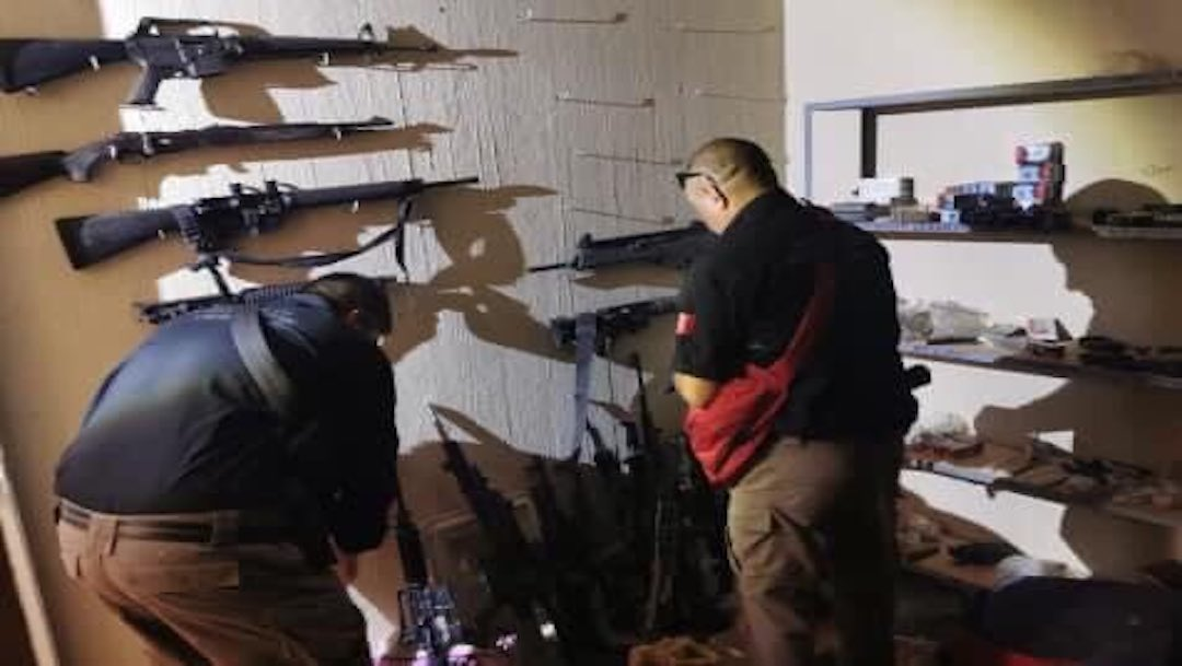 Hallan arsenal y liberan a víctimas de secuestro en finca de Tuxpan, Jalisco