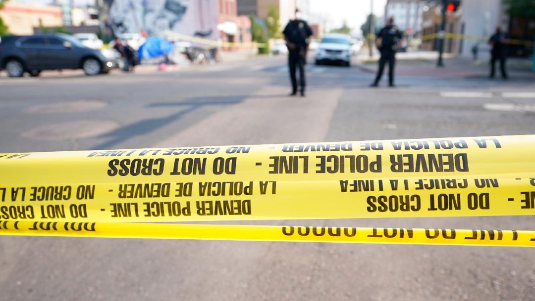 Muere una persona en un tiroteo durante protestas rivales en Denver