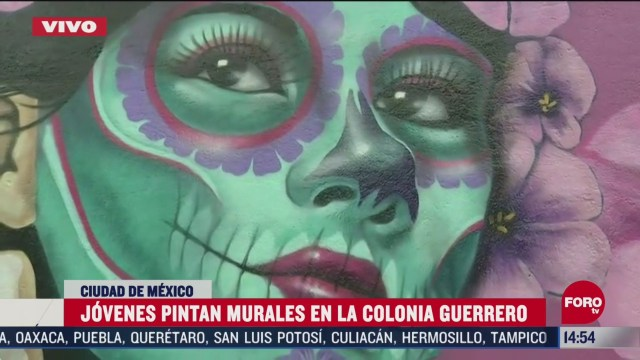 jovenes pintan murales de dia de muertos en cdmx
