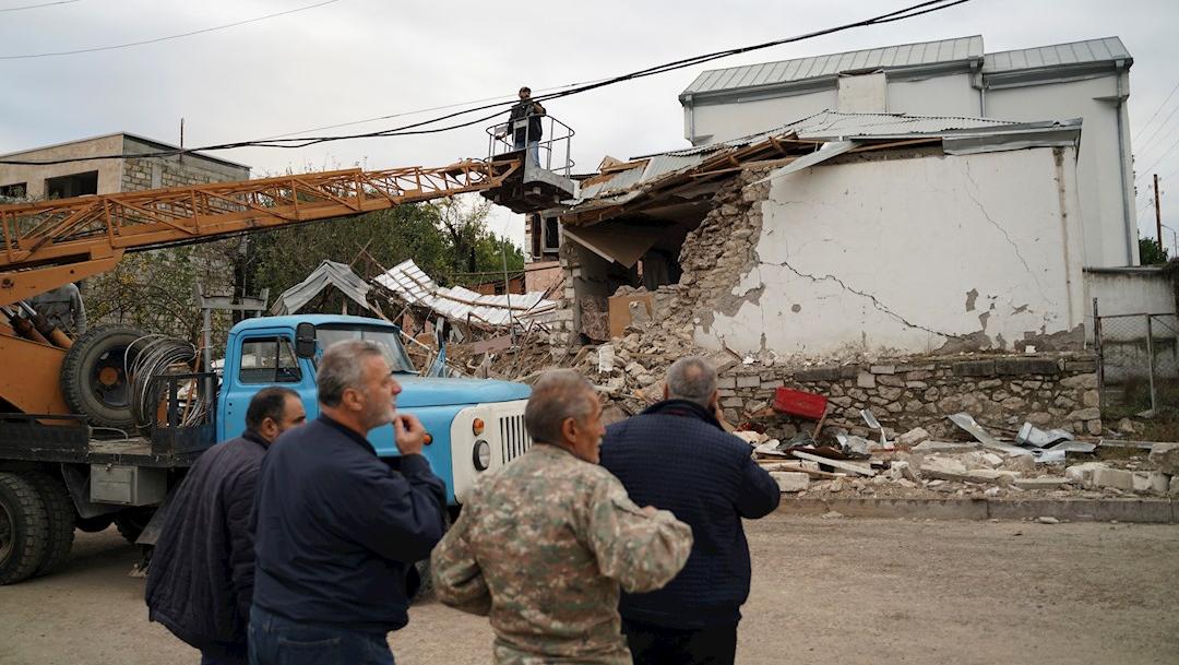 Los ataques a civiles por parte de azerbaiyanos y armenios amenazan con echar por tierra el alto el fuego en Nagorno Karabaj
